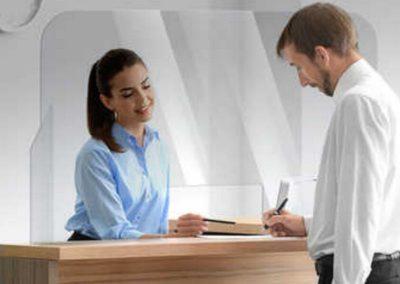 Protezioni-in-plexiglass-per-uffici